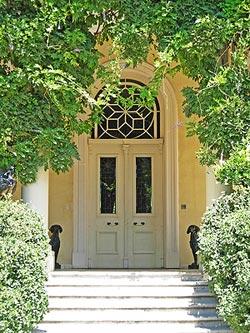 Установка металлической двери в деревянный дом
